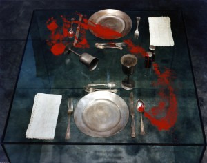 Crédit photo : Yoko Ono, Family Album (Blood Objects) Exhibit A: Table Setting, 1993 Photo : William Nettles © Yoko Ono