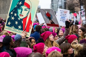 Manifestantes tenant la photo de Munira Ahmed, avec son voile aux couleurs de l'Amérique, lors de la Women's March
